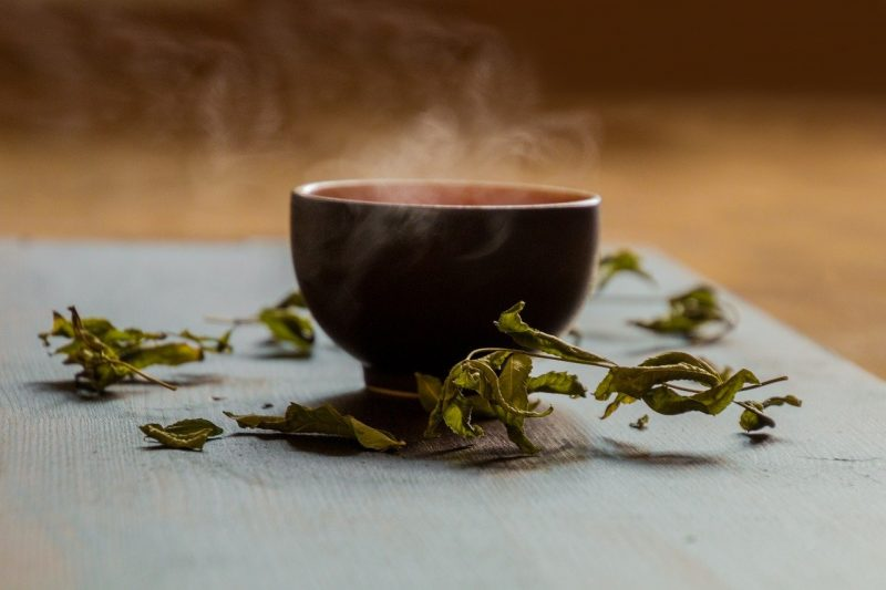 tazza di tè in foglie