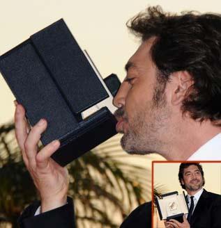 Javier Bardem besando su premio