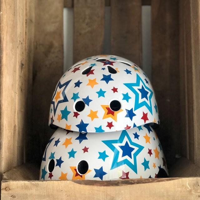 Casco de bicicleta – blanco con estrellas en colores (48-52 cm (S) y 53-58 cm (M)) - Kiddimoto