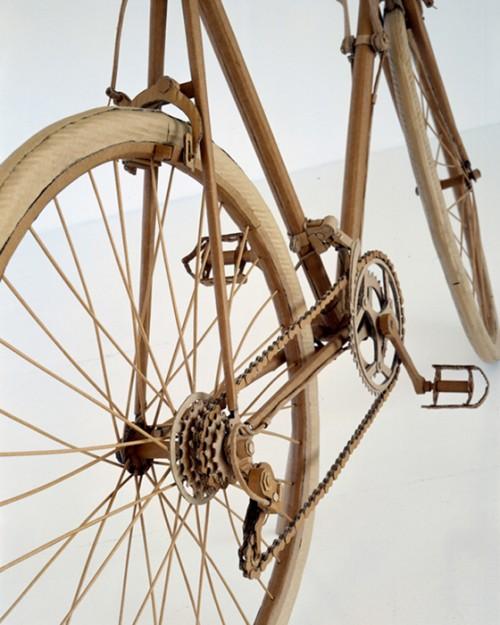 Detalle de la bicicleta de carretera de cartón