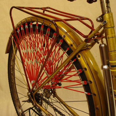 Cubrefaldas azul rojo estilo retro en bicicleta antigua cubrefaldas detalle sujecion Super BH señora varillas restauracion accesorios