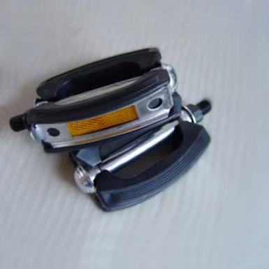 Pedal-clasico-redondeado-con-reflector