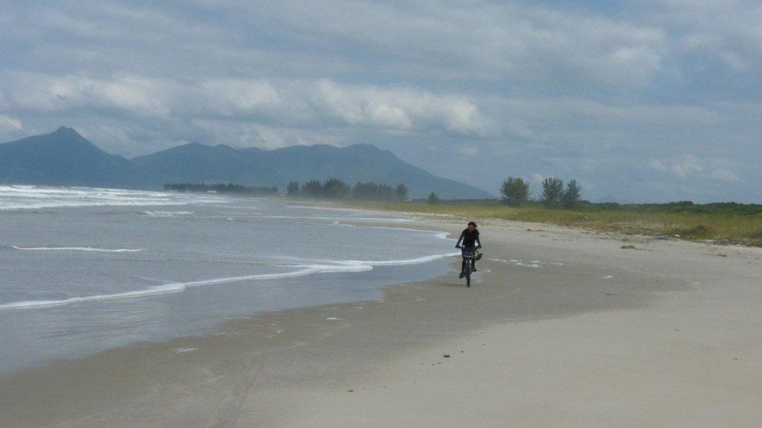 Maré nos espremendo na parte fofa da areia.