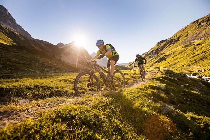 L'importanza di usare il casco è confermata anche da questi due ciclisti in sella alla loro mtb elettrica (e-bikemagazine).