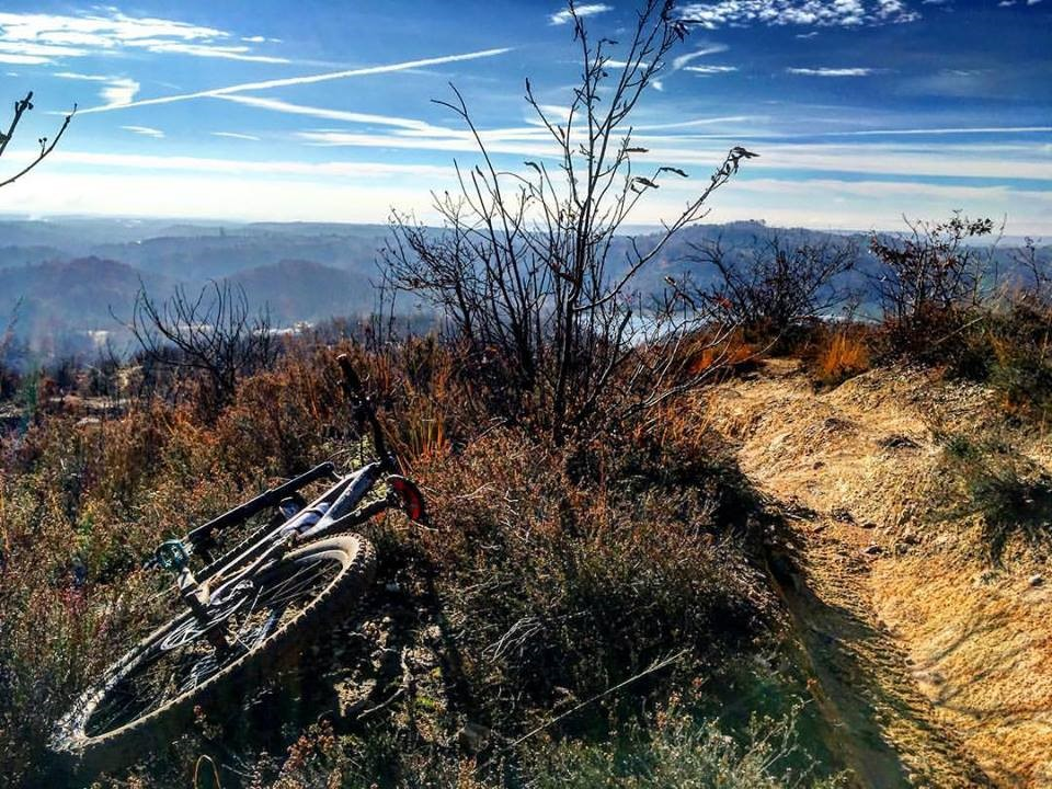 Lo spettacolare panorama visibile da un punto del percorso di Rive Rosse a Roasio (Facebook).