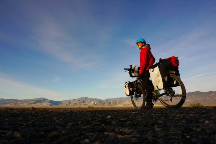 Cicloturista americano in sella a una bici elettrica (pedelec-adventures).