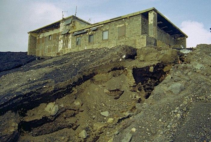 La Torre del Filosofo circondata dalla colata lavica nel marzo 2000