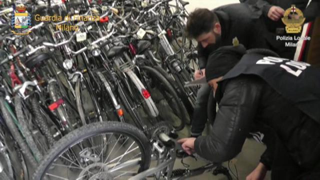 Poliziotti e finanzieri durante un'azione di sequestro di bici rubate (milano.repubblica.it)