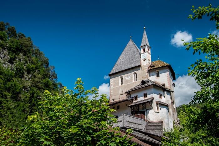 Il Santuario di San Romedio, costruito nel Medioevo dai fedeli sulle rocce (YouTube)