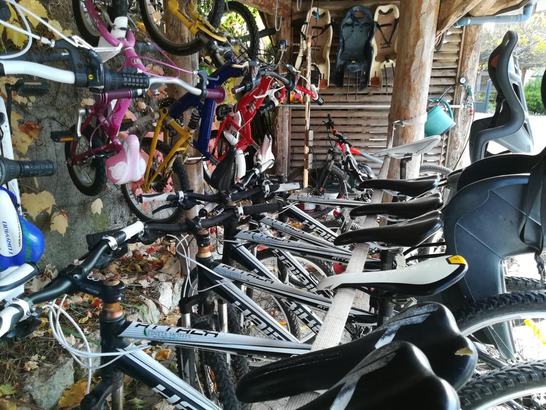 Ecco alcune bici presenti nel bike parking del Pineta. In fondo si può vedere una delle due emtb (Riccardo Tempo)