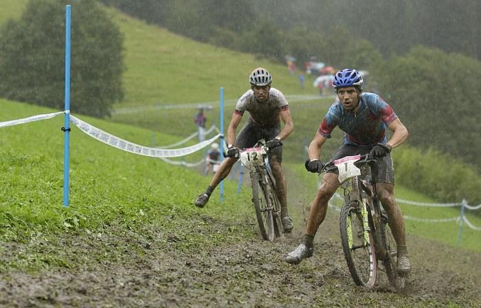 Lo svizzero Thomas Frischknecht (a sx) e il canadese Roland Green nel fango di Kaprun 2002 (cyclingtips.com)