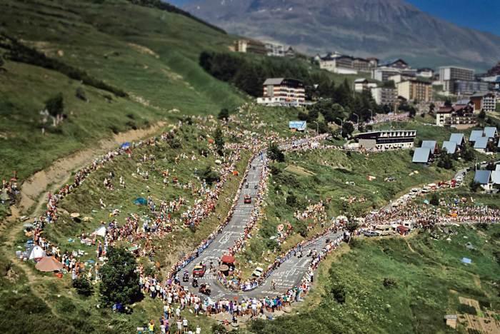 Passaggio dei corridori del Tour de France sulla leggendaria strada dell'Alpe d'Huez