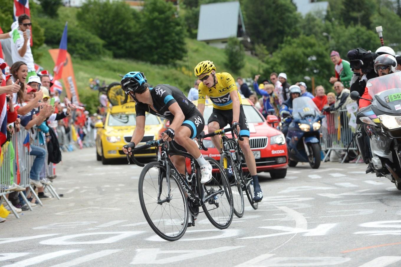L'australiano Richie Porte (a sx in maglia nera del Team Sky) e Chris Froome sull'Alpe d'Huez al Tour 2013 (roadcyclinguk)