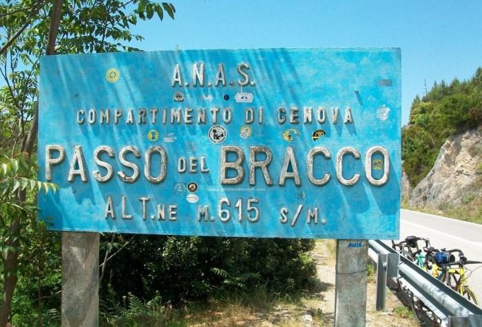 Cartellone all'arrivo della salita del passo Bracco (talequale.eu)