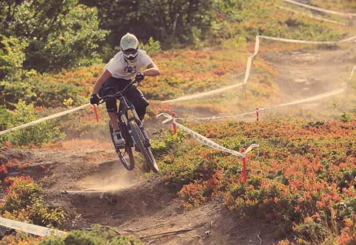 Ciclista impegnato sui dossi dell'Abetone Gravity Park (dirtmountainbike.com)