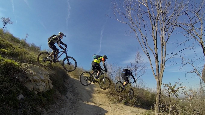 Spettacolare passaggio con tre biker durante un salto lungo un trail sui Colli Berici (YouTube)