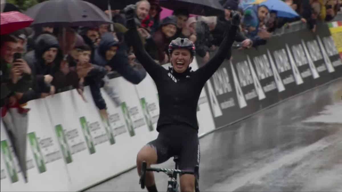Katarzyna Newiadoma vincente al traguardo del trofeo Binda donne 2018 sotto la pioggia (todaycycling.com)