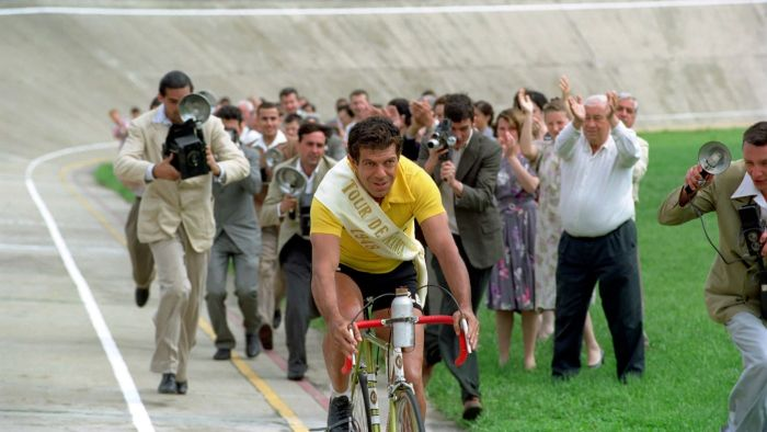 Pierfrancesco Favino mentre interpreta Gino Bartali durante il vittorioso Tour de France del 1948
