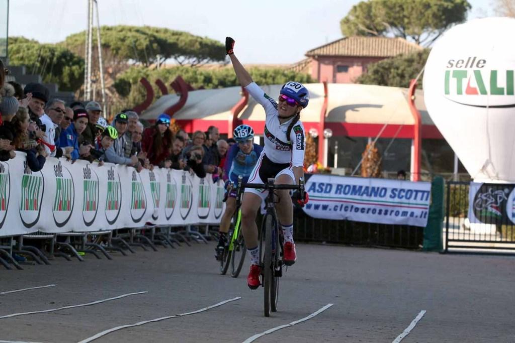 Eva Lechner davanti ad Alice Maria Arzuffi ai recenti campionati italiani di ciclocross 2019 presso il percorso dell'Idroscalo a Milano