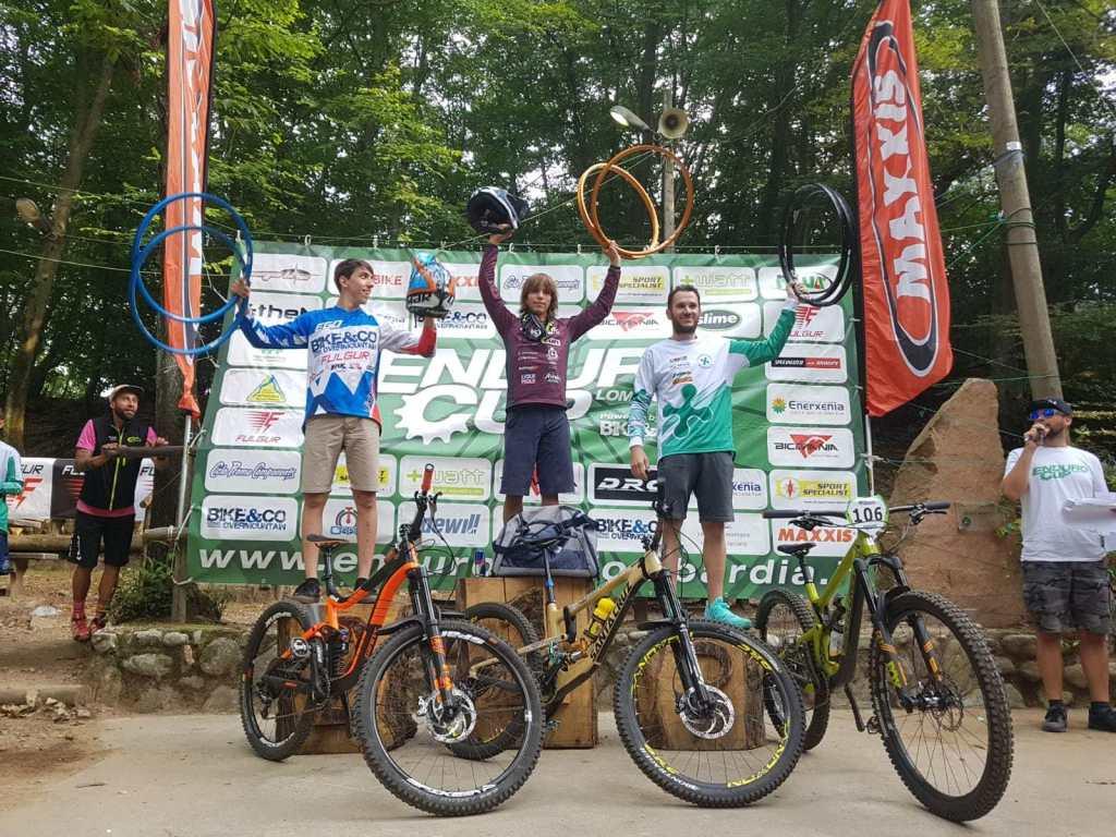 Biker sul podio gara enduro Cuasso al Monte