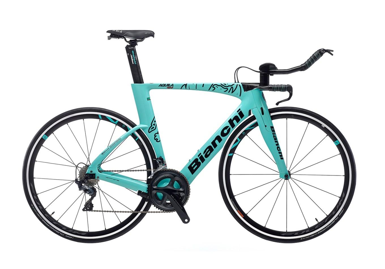 Foto della bici da crono (e triathlon) Bianchi Aquila CV, usata da Primoz Roglic per le prove a cronometro (immagine dal sito web bianchi.com)