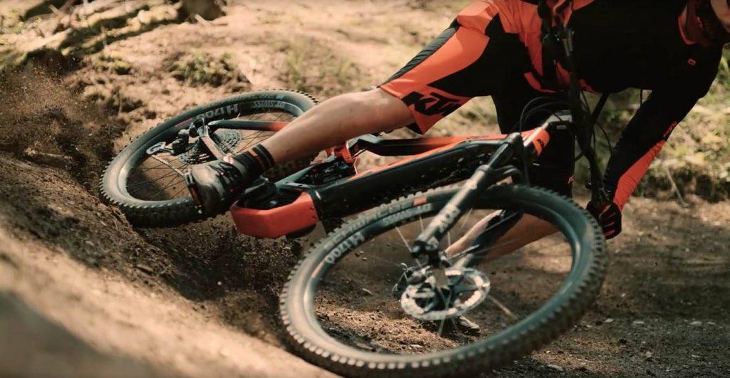 Spettacolare evoluzione di un rider professionista in sella alla eMtb KTM Macina Kapoho 2971 (immagine da dmove.it)