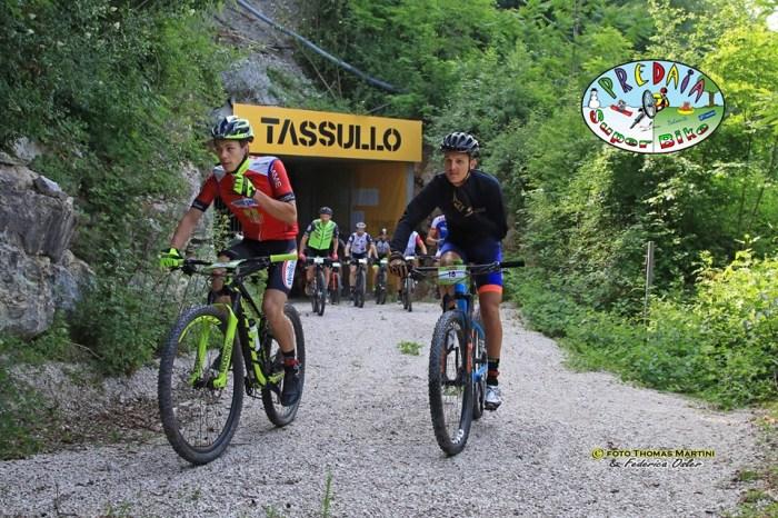 Gruppo di biker all'uscita delle gallerie prima della partenza (foto Thomas Martini e Federica Osler)