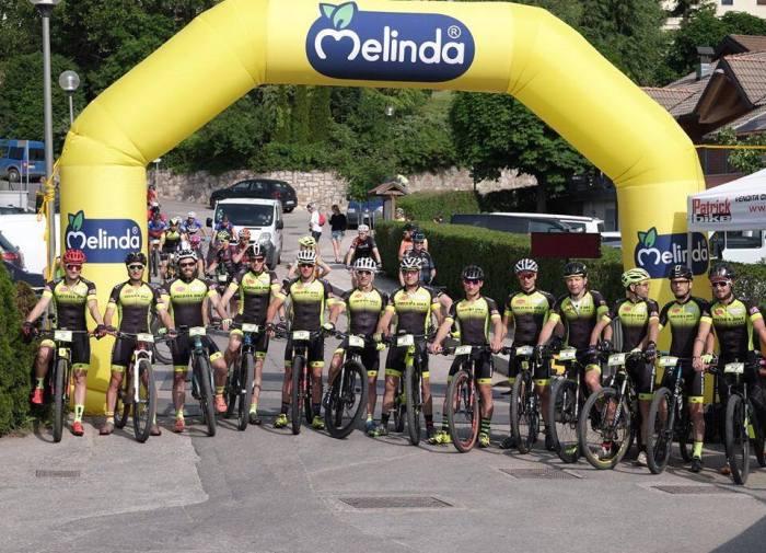 Foto di gruppo del Predaia Bike Team scattata subito prima del trasferimento iniziale (ph. Adriano Rizzardi)