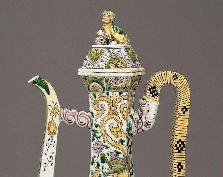Kangxi wine ewer detail.