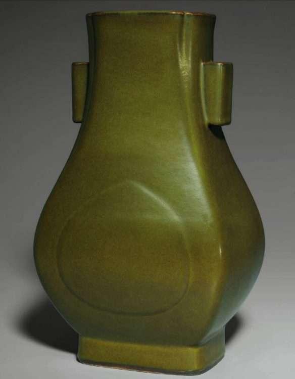 Qianlong Fanghu vase