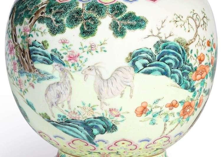 Jiaqing Famille Rose vase