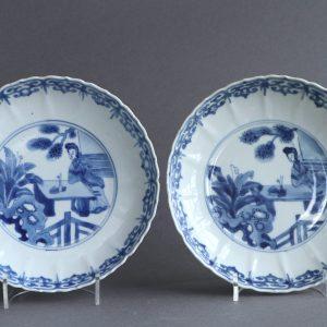 Une paire de plats chinois moulés de soucoupe de Kangxi avec des figures
