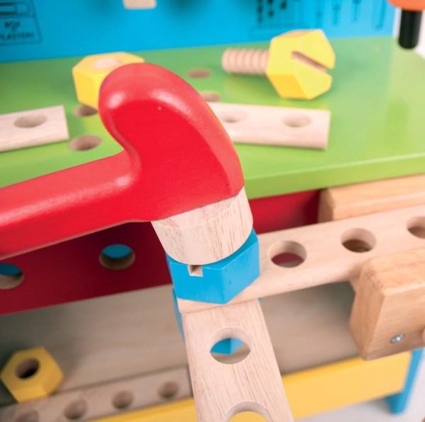 L'établi de bricolage et ses outils contient des écrous et des vis en bois.