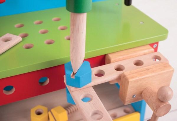 L'établi de bricolage et ses outils permet d'apprendre à manier le tournevis dès l'âge de 3 ans.