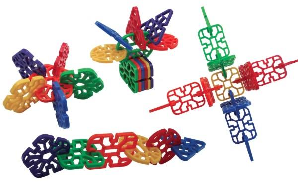 Ce jeu de construction et assemblage en plastique est composé de 432 pièces de 6 formes et de 6 couleurs vives différentes.
