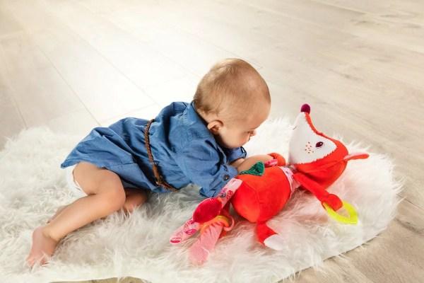 La peluche d'activités Alice câline en forme de Renarde a de belles couleurs vives qui attire l'attention de Bébé dès trois mois.