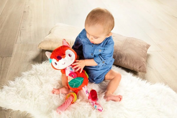 La peluche d'activités Alice câline en forme de Renarde est à la fois un doudou et un jouet d'éveil pour les tout petits.