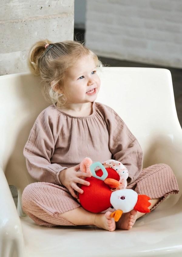 La peluche d'activités Paulette la poulette deviendra vite la compagne idéale des jeunes enfants.