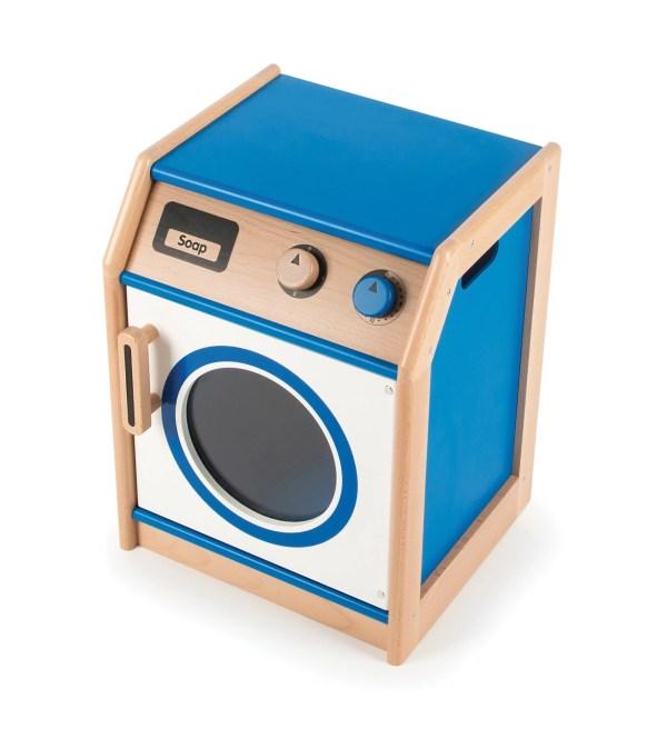 """Machine à laver en bois Avec des des boutons qui """"cliquent"""" et un grand hublot avant qui s'ouvre facilement, ce lave linge ludique de couleur bleue est l'appareil indispensable qui complète les équipements pour jouer d'une cuisine pour enfant."""