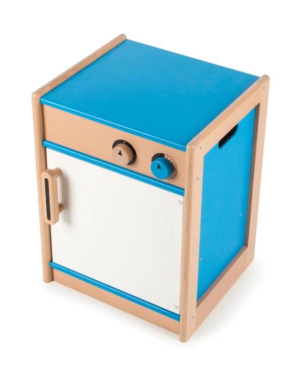"""Le lave-vaisselle est un jouet en bois de de couleur blanche et bleue qui dispose d'une ouverture et fermeture magnétique de la porte, de boutons qui """"cliquent"""" comme des vrais et d'un plateau en bois qui facilite le rangement."""