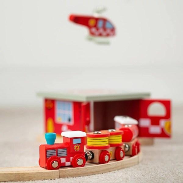 Le train en bois pompiers magnétique a de belles couleurs rouges et jaunes.