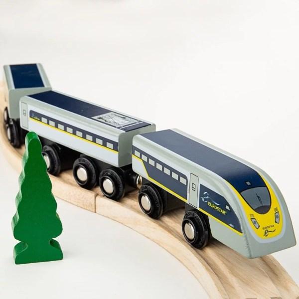La locomotive et les wagons du train en bois Eurostar se connectent magnétiquement ce qui permet de les joindre facilement entre eux et aussi de les connecter à d'autres types de trains à connections aimantées.