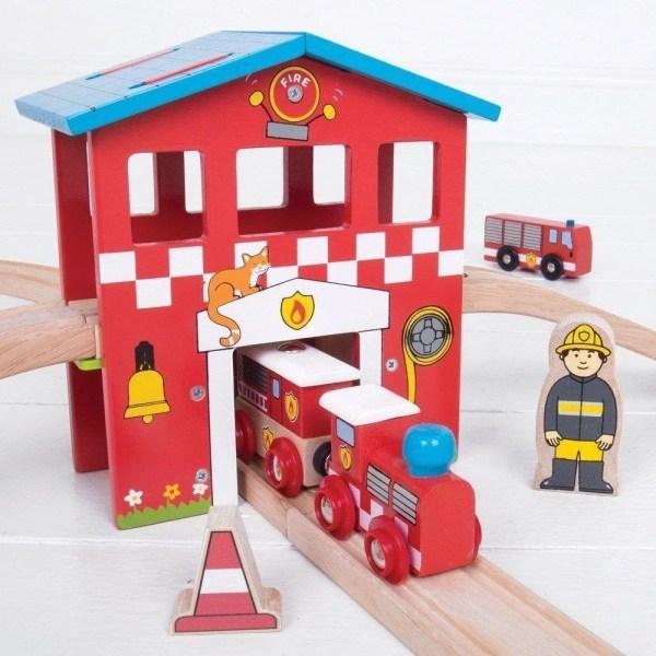 Le circuit de train en bois pompiers a une belle caserne toute rouge.