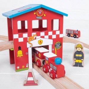 Circuit de train en bois pompiers