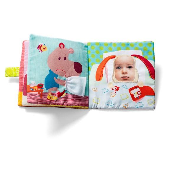 Si l'on glisse sa photo dans le livre, Alice peut même vous soigner grâce à ses multiples talents !