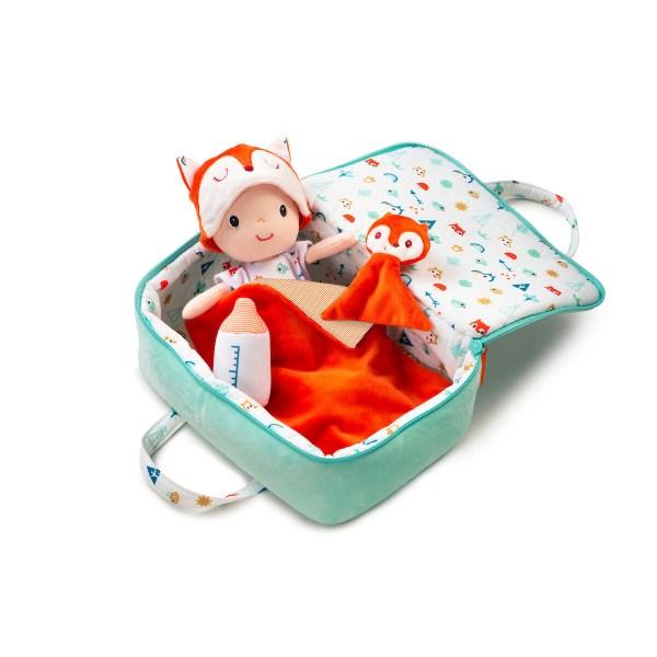 Bébé nomade fonctionne comme un vrai bébé : on peut changer sa couche, son tee shirt et son joli bonnet. Dans la valise, il y a sa couverture, son biberon et même son doudou !