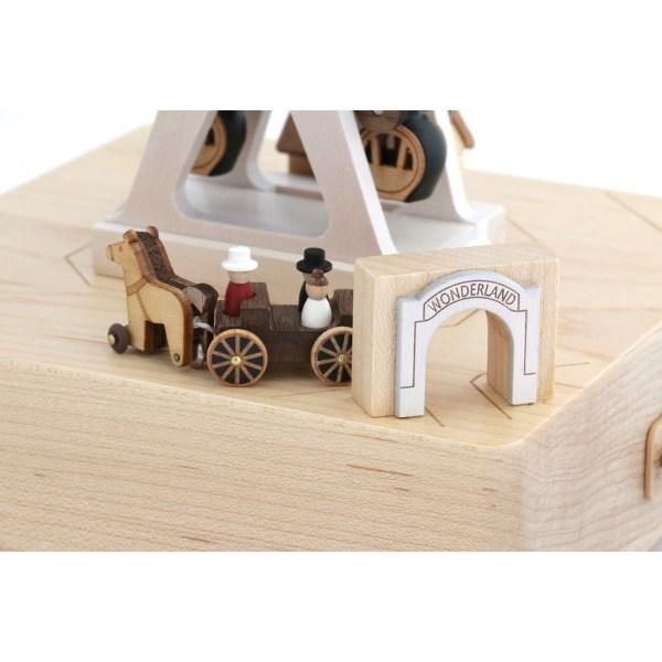 détails de la calèche de la Boîte à musique grande roue