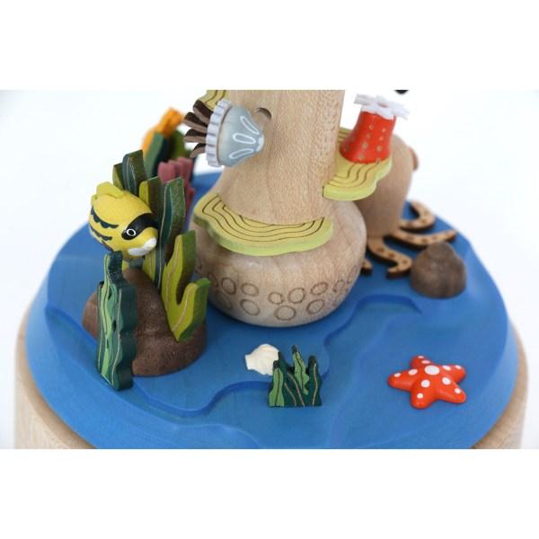 détails du socle de la Boite à musique plongeur avec les poissons et les algues