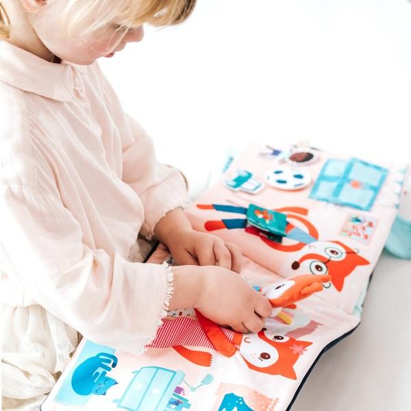 En plus, la poignée du livre en tissu petit Renard permet de transporter le livre partout !