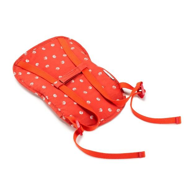 Avec le porte bébé, on peut emmener son bébé ou son doudou partout où l'on va. On peut le porter sur le dos ou sur le ventre comme en vrai !